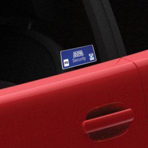 Närbild av Bilrutedekal, röd bil