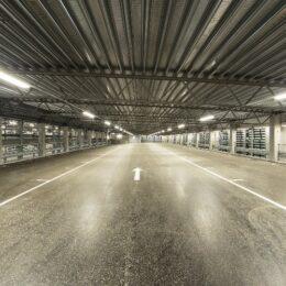 Inne i tomt, moderne og godt opplyst parkeringshus