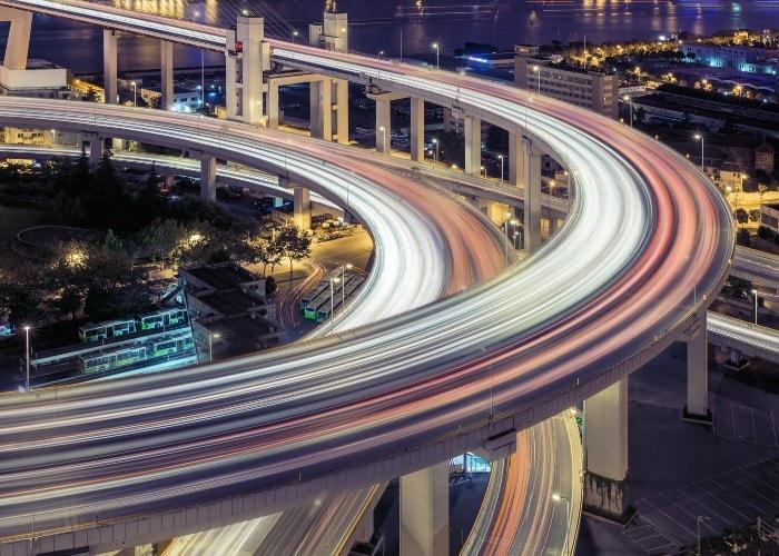 Godt opplyst trafikkmaskin i by