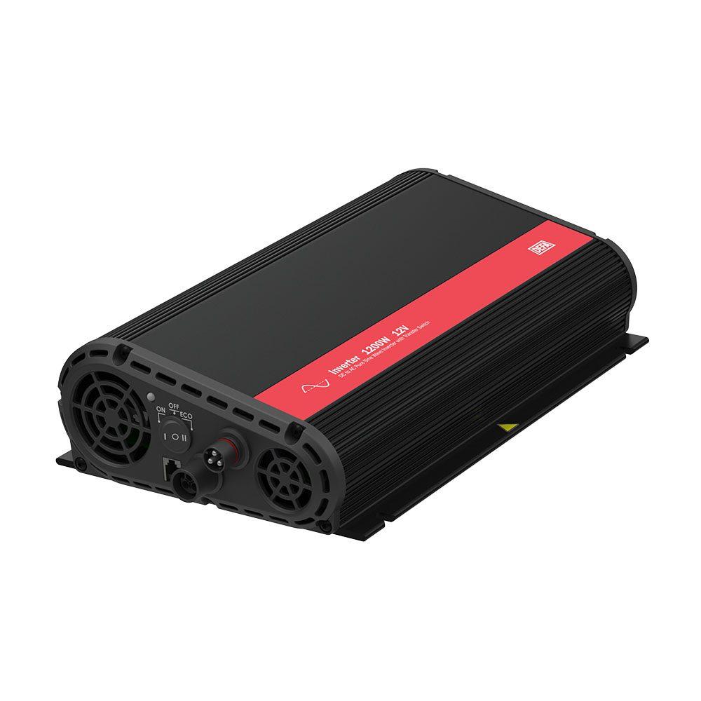Inverter 1200W 12V, med switch, produktfoto, liggende på skrått med tilkoblingspanel synlig