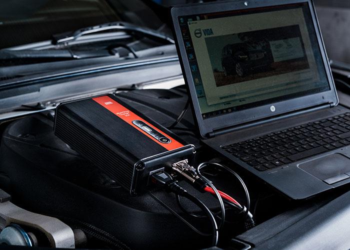 WorkshopCharger i motorrom, koblet til en laptop