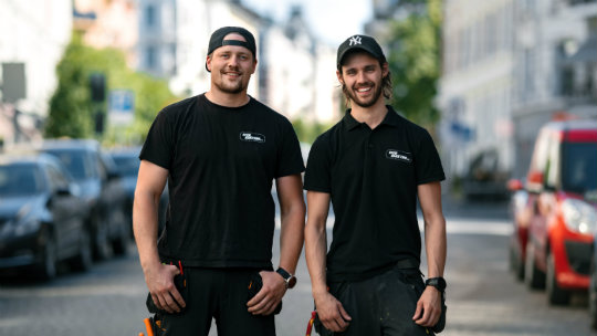 To smilende reparatører