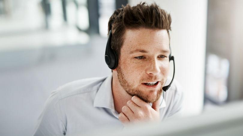 Kundeservicemedarbeider hjelper en kunde over telefon