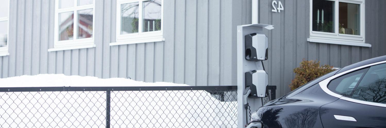 To ladestasjoner montert på ladestolpe, for å demonstrere homeCLU