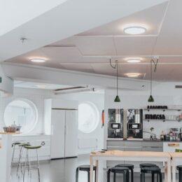 LedgeCircle armaturer henger i taket på kjøkken og kantine på arbeidsplass