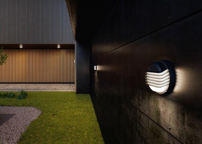 Neptune 2.0 Grid på vegg ved gressplen og parkeringsplass