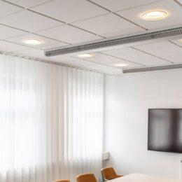 Orion downlights i taket på møterom med TV og oransje stoler