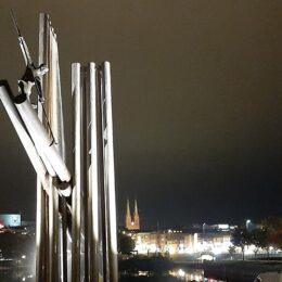 Flombelysning av Tømmerfløter-monumentet i Skien