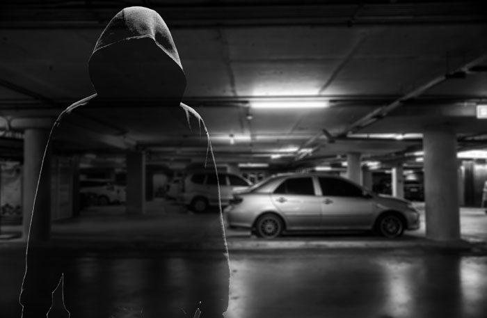 Biltjuv i garage