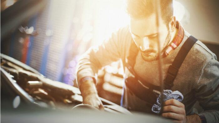 Mekaniker jobber med bil
